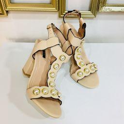 Dámske béžové sandále s perlami